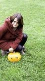 Kvinnan med pumpa hallowen Arkivbild