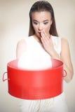 Kvinnan med rött boxas Royaltyfri Foto