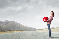 Kvinnan med rött hänger lös Royaltyfri Fotografi