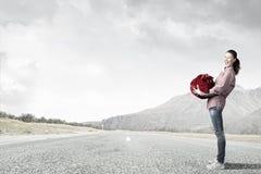 Kvinnan med rött hänger lös Royaltyfria Foton