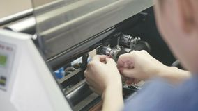 Kvinnan med rött spikar reparation printingmaskinen, polygrafbransch lager videofilmer