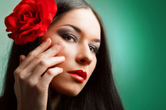 Kvinnan med red steg Arkivfoto