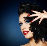 Kvinnan med rött spikar och den idérika frisyren Royaltyfri Bild