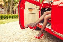 Kvinnan med sexiga ben i höjdpunkt läker Arkivbild