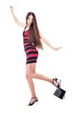 Kvinnan med shopping hänger lös Arkivfoto