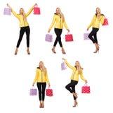 Kvinnan med shoppingpåsar som isoleras på vit Arkivfoton