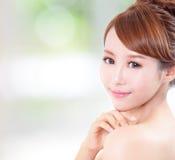 Kvinnan med skönhetframsidan och gör perfekt hud Royaltyfria Bilder