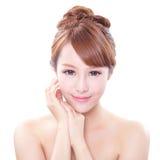 Kvinnan med skönhetframsidan och gör perfekt hud