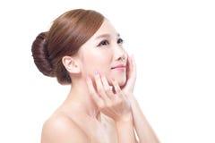 Kvinnan med skönhetframsidan och gör perfekt hud Arkivbilder