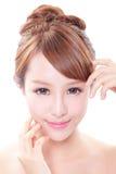 Kvinnan med skönhetframsidan och gör perfekt hud Arkivbild