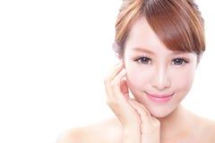 Kvinnan med skönhetframsidan och gör perfekt hud Arkivfoton