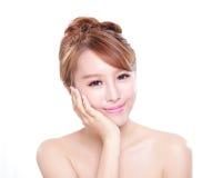 Kvinnan med skönhetframsidan och gör perfekt hud Royaltyfri Fotografi