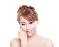 Kvinnan med skönhetframsidan och gör perfekt hud Arkivfoto