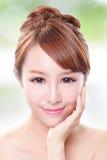 Kvinnan med skönhetframsidan och gör perfekt hud Royaltyfria Foton