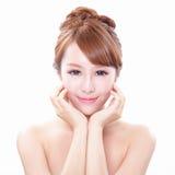 Kvinnan med skönhetframsidan och gör perfekt hud Royaltyfri Foto