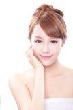 Kvinnan med skönhetframsidan och gör perfekt hud Fotografering för Bildbyråer