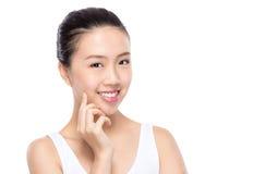 Kvinnan med skönhetframsidan och gör perfekt hud Royaltyfri Bild