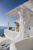 Kvinnan med skyler på Santorini Royaltyfri Fotografi