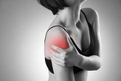 Kvinnan med smärtar i skuldra Smärta i människokroppen arkivfoto