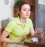 Kvinnan med smärtar i magen Royaltyfri Foto