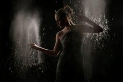 Kvinnan med stoppar rörelse av explosivt pulver som fångas av exponeringen Royaltyfri Foto