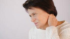 Kvinnan med strängt smärtar i halsen lager videofilmer