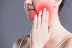 Kvinnan med tandvärk, tänder smärtar closeupen royaltyfria foton