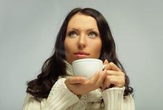 Kvinnan med tea kuper Arkivbild