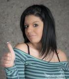 Kvinnan med tummar up tecknet Fotografering för Bildbyråer