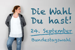 Kvinnan med tysk vädjan som går, röstar på tyskt federalt val 2 Arkivbilder