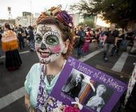 Kvinnan med undertecknar in Dia De Los Muertos Makeup Royaltyfria Bilder