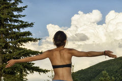 Kvinnan med utsträckta armar tycker om sommar royaltyfri fotografi