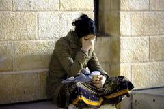 Kvinnan mediterar för vägg av att gråta Royaltyfri Bild
