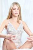 Kvinnan mediterar hemma Royaltyfri Foto