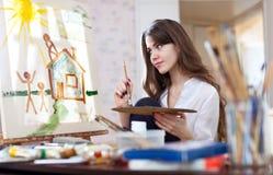 Kvinnan målar hem av drömmar Royaltyfri Bild