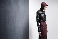 Kvinnan modellerar att posera mycket dramatiskt i en minsta studio ställer in royaltyfri foto