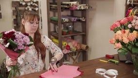 Kvinnan monterar blommor tillsammans lager videofilmer