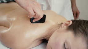 Kvinnan mottar massagegouache stock video