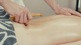Kvinnan mottar reflexologymassage arkivfilmer