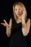 Kvinnan mottar ruskig nyheterna ringer by arkivbilder
