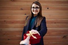 kvinnan mottog en gåva från hennes pojkvän på valentindag Royaltyfri Bild