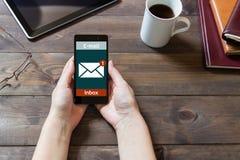 Kvinnan mottog en mejl direktanslutet på en mobiltelefon Meddelandeonline-symbol Royaltyfri Bild