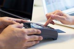 Kvinnan nallar hennes kreditkort Arkivbilder