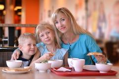 Kvinnan och barnen i kafé Arkivbild
