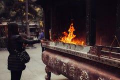 Kvinnan och branden Arkivbild