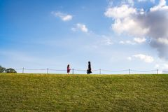 Kvinnan och flickan går på en kulle Royaltyfria Bilder
