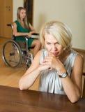 Kvinnan och handikappat kvinnligt ha grälar Arkivfoton