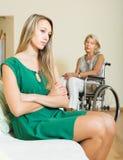 Kvinnan och handikappat kvinnligt ha grälar Royaltyfri Foto