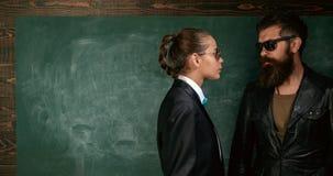 Kvinnan och mannen bär manlig kläder smoking och glasögon Formell stil för solglasögon Formell omslagsdräkt för flicka och arkivfoton