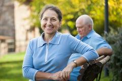 Kvinnan och mannen i höst parkerar royaltyfri fotografi